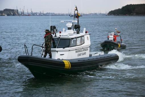 Kuršių mariose apvirtus jachtai pasieniečiai išgelbėjo tris vaikus ir vyrą