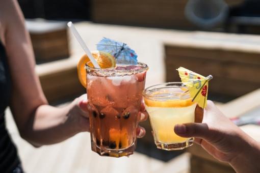 Trys gaivinantys kokteiliai su šalta arbata