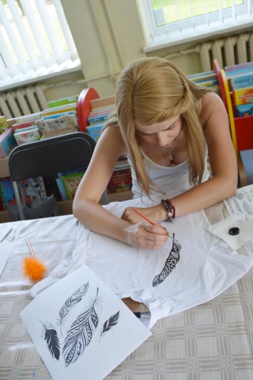 Panevėžio Šiaurinėje bibliotekoje vyko rūbų dekoravimo dirbtuvės (nuotraukų galerija)
