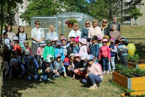 """Projekte """"Auginu Lietuvai"""" šiltnamį laimėję """"Volungėlės"""" vaikai skina pirmąjį derlių"""