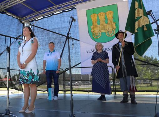 Alšėnų bendruomenė pašventino savo vėliavą