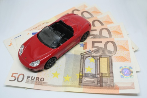 Visuotinio automobilių mokesčio nebus, tačiau registracija gali brangti