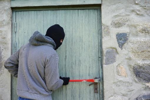 Birštone apvogti du garažai