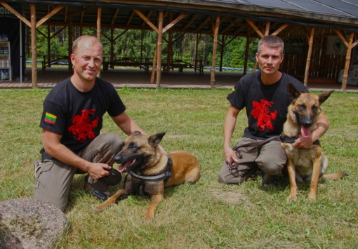 Karo inžinierių kinologai su tarnybiniais šunimis pademonstravo savo galimybes šunų meistriškumo varžybose
