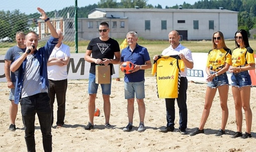 Prienų paplūdimio futbolo aikštę išbandė Lietuvos čempionato dalyviai