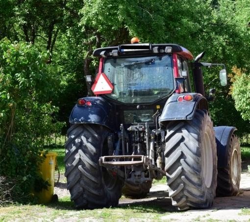 Kelionė pas draugę prabangiu traktoriumi baigėsi areštinėje