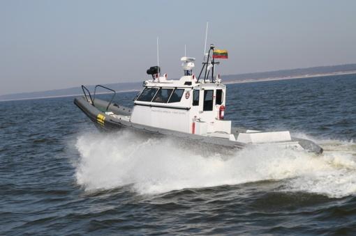 Pasieniečiai ir ugniagesiai gelbėjo ant seklumos užplaukusios jachtos keleivius