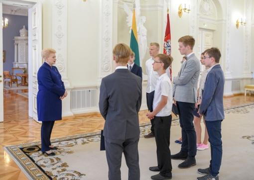 """Prezidentūroje pasveikinta LRT laidos """"Lietuvos tūkstantmečio vaikai"""" nugalėtoja Vesta Cicėnaitė"""