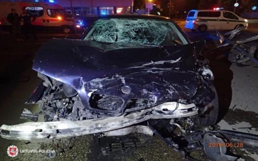 """Ketvirtadienis: dviejų """"BMW"""", vairuojamų dvidešimtmečių vaikinų, susidūrimas, nukentėjęs kelio darbininkas"""