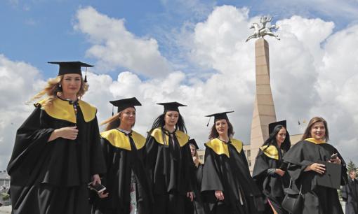 Marijampolės kolegijos absolventams įteikti diplomai
