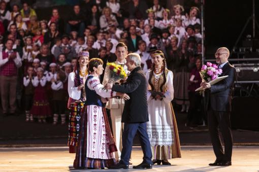 """Už nuopelnus tautinei kultūrai L. Dabužinskaitei įteikta """"Aukso paukštė"""""""