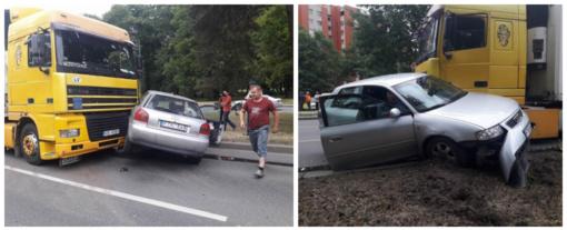 """Liepojos gatvėje per avariją sulamdytas """"Audi"""""""