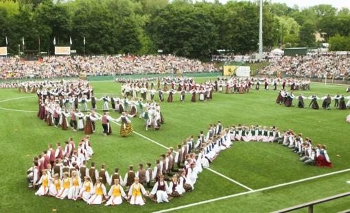 Šimtmečio eitynėse - dainuojanti ir šokanti 12 tūkst. Dainų šventės dalyvių juosta