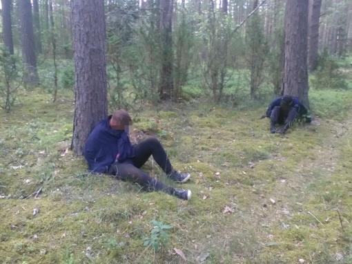 Du lazdijiškiai mišku gabeno pusketvirto tūkstančio pakelių kontrabandą