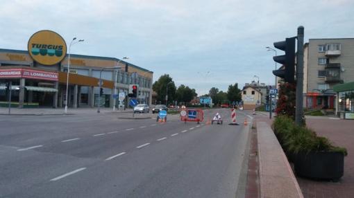 Dėl atsivėrusios duobės gatvėje nukreipiamas eismas