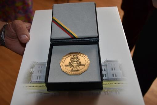 Plungės kultūros centro meno kolektyvų vadovams įteikti Šimtmečio dainų šventės kūrėjų medaliai ir padėkos