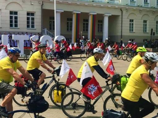 Dviračių žygio dalyviai artėja link Jurbarko ir kviečia prisijungti jurbarkiečius