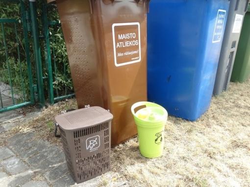 Varėnoje dalinami maisto atliekų surinkimui skirti konteineriai