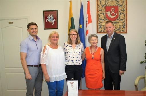 Tauragės rajono garbės ambasadorių ženkliukai įteikti dar dviem tauragiškėms