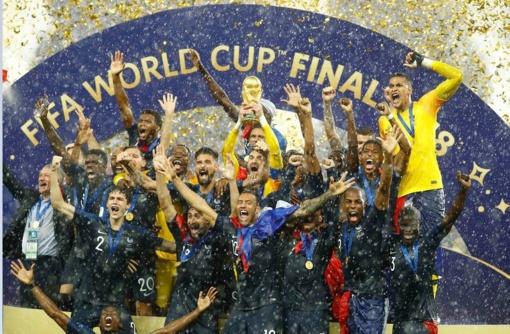 Prancūzų pergalę Pasaulio futbolo čempionate temdė susirėmimai ir eismo nelaimės