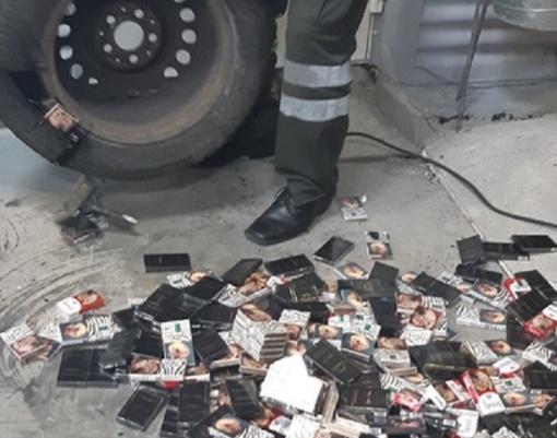 Cigaretes vyriškis gabeno išslapstęs įvairiose automobilio vietose