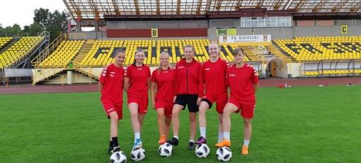 Perspektyviausios šalies futbolininkės prakaitą lieja kartu su Lietuvos čempionėmis