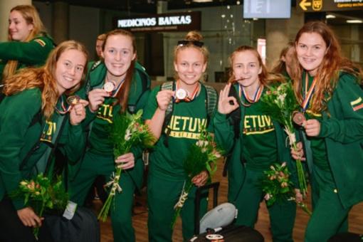 Medalius iškovojusios Lietuvos 20-metės krepšininkė grįžo į Lietuvą