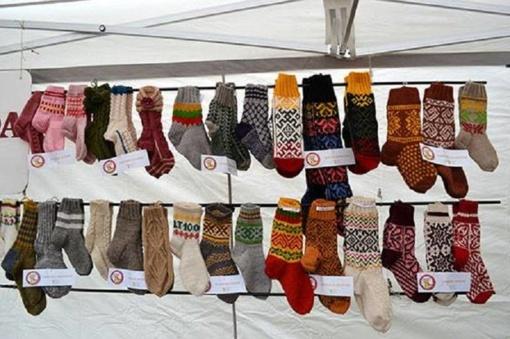 Kojinių mezgimo čempionate - šimtmečio tradicijos ir lietuviškos vėliavos spalvų kojinaitės mažyliams