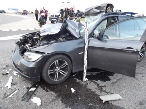 Susidūrus lengvajam automobiliui ir kemperiui, nukentėjo trys žmonės