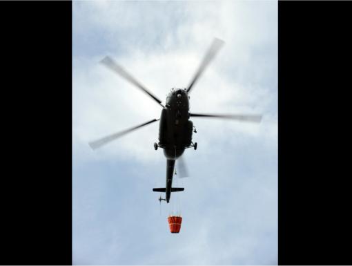 Lietuvos kariuomenės sraigtasparnis padeda gesinti Latvijoje kilusį gaisrą