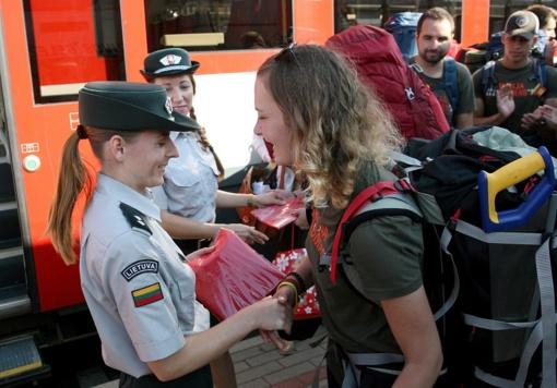 """Išlydėdami """"Misija Sibiras"""" dalyvius pasieniečiai jiems įteikė Lietuvos vėliavas"""