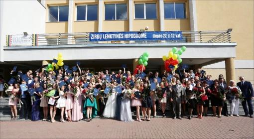 Ukmergės Jono Basanavičiaus gimnazijos abiturientams įteikti brandos atestatai