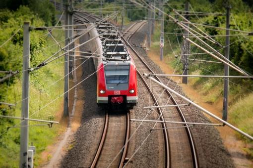 Sostinėje traukinys sužalojo vyrą