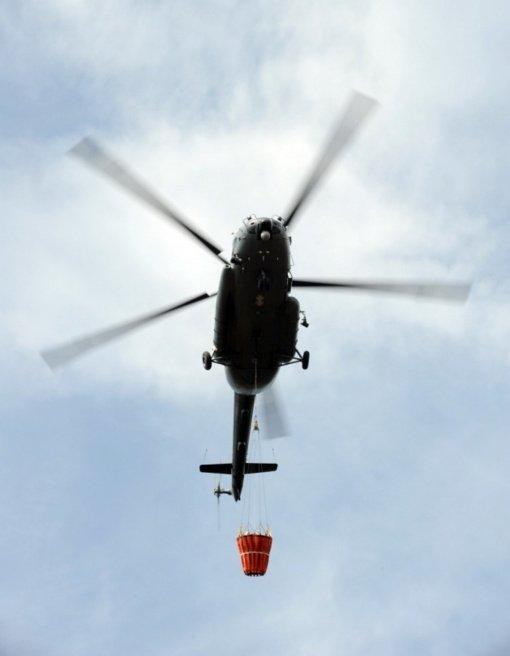 Du Lietuvos kariuomenės sraigtasparniai dalyvauja gaisrų gesinimo operacijose Latvijoje ir Švedijoje