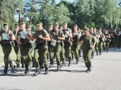 Lietuvą alinantis karštis negąsdina Lietuvos karo akademijos pirmakursių pratybose