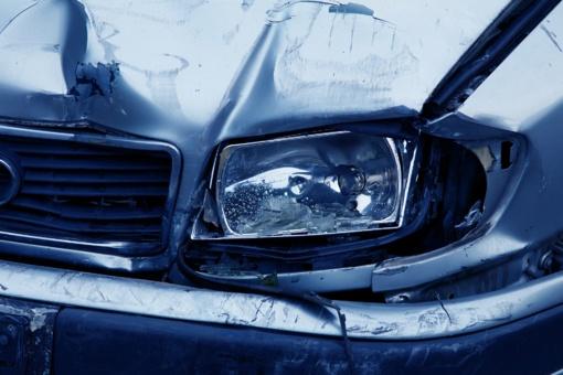 Ginkūnuose automobilis rėžėsi į krautuvą, nukentėjo trys žmonės