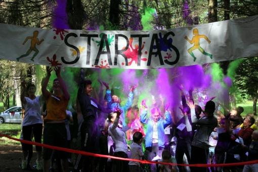 """Lietingas sekmadienis neišgąsdino bėgimo """"Išsitaškyk spalvom"""" dalyvių"""