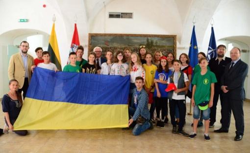 Krašto apsaugos ministerijoje lankėsi kelios dešimtys vaikų iš Ukrainos