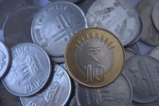 Indonezijoje vyras grąžino 10 tūkst. JAV dolerių skolą savo buvusiai žmonai... monetomis