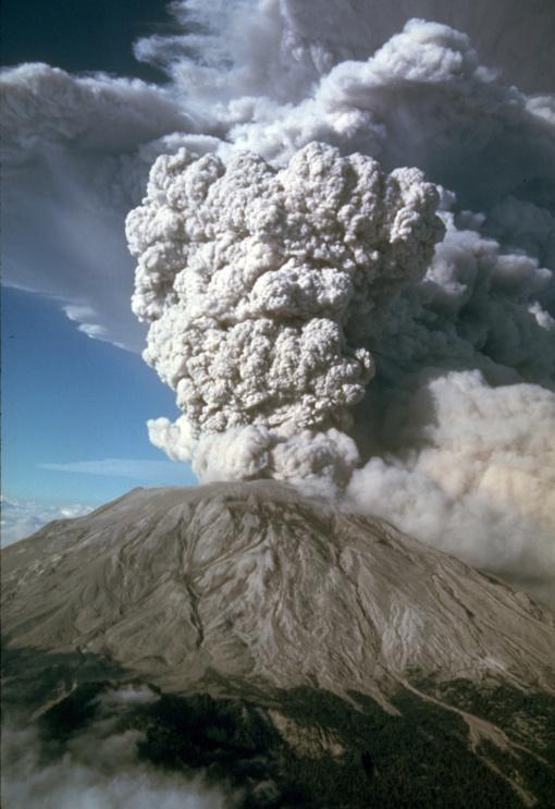 Sicilijoje atgijęs Etnos ugnikalnis spaudo pelenus ir lavą
