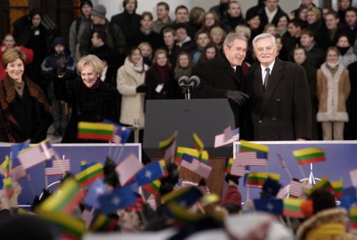 Sostinės savivaldybė Lietuvoje viešėjusiam buvusiam JAV prezidentui suteiks garbės piliečio vardą