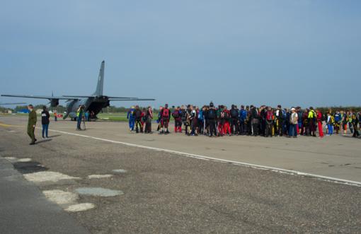 Šiauliuose – 100-o parašiutininkų šuolis (vaizdo medžiaga)