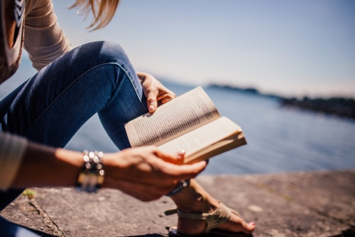 Vasara su knyga – Visagino viešosios bibliotekos kiemelyje