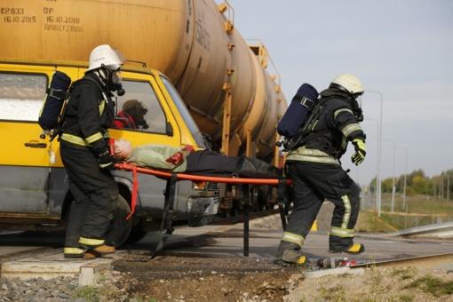 Jungėnuose chemines medžiagas vežęs traukinys susidūrė su mikroautobusu
