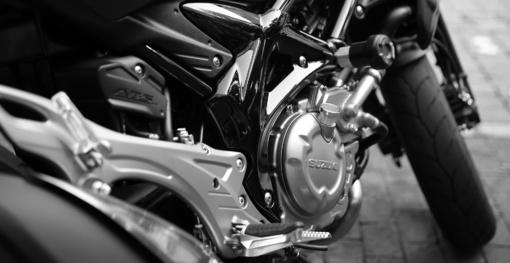 Motociklininkas apvirto užvažiavęs ant tepalo