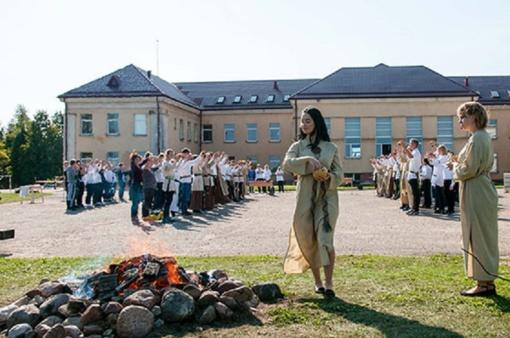 Baltų vienybės dieną Baisogalos gimnazijos bendruomenę suvienijo amatai