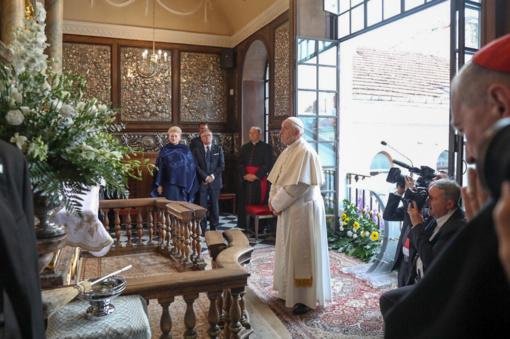Prie Aušros vartų - jaudinantis popiežiaus Pranciškaus gestas: laimino vaikus, jų globėjus, tėvus ir visus susirinkusiuosius