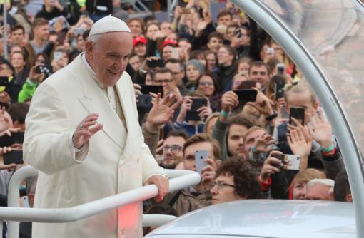 Popiežius Pranciškus išlipo iš papamobilio palaiminti nepagydomai sergančių hospiso pacientų