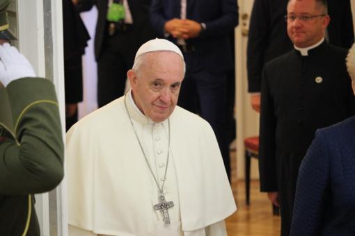 Dešimtys tūkstančių tikinčiųjų susirinko į popiežiaus mišias Kaune