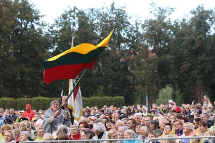 Kovojusieji už laisvę, politiniai kaliniai ir tremtiniai popiežiaus laukia Lukiškių aikštėje